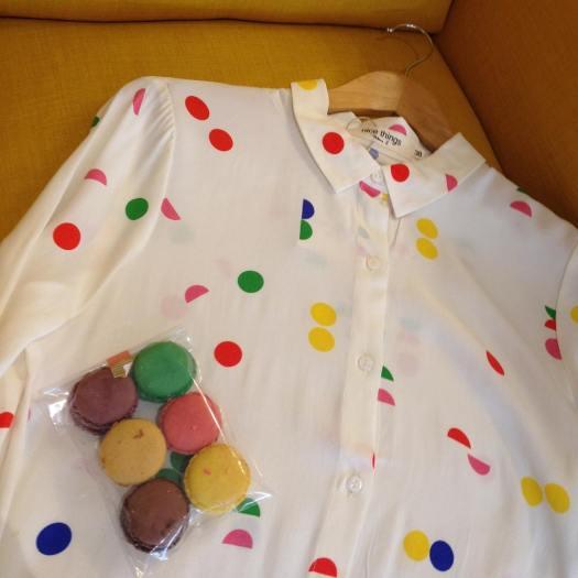 #chemise #pois #macarons #confetti #chocolatier #modefeminine #pretaporterfemme #shopping #shoppingdanslevignoble #vignoble #vignobledenantes #clisson #melocotonmercerie